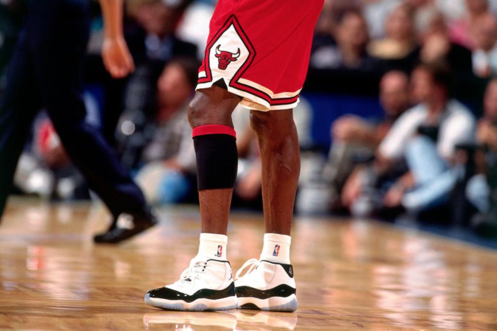 Michael Jordan portant la Air Jordan 11 Concord avec le numéro 45